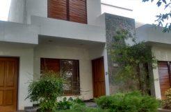 Casa ubicada en el barrio Manzanar sobre calle Los Álamos