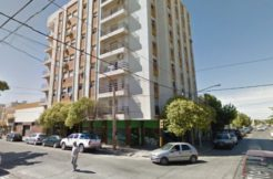 Departamento ubicado en zona Centro, sobre calle San Martín esquina con Brentana.